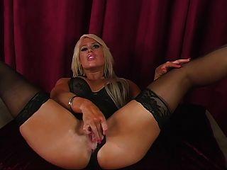 Amazon beauty in lingerie te muestra sus piernas perfectas