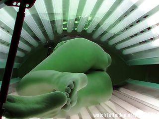 Voyeur imágenes reales de una cámara espía en el solarium