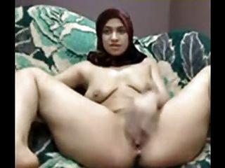 Chica árabe con hijab jugar su coño en la cámara