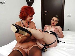 Chica caliente y una pelirroja madre madura tener gran sexo lesbiana