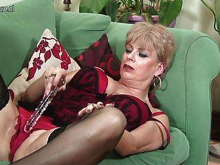 Abuelita británica se complace en el sofá
