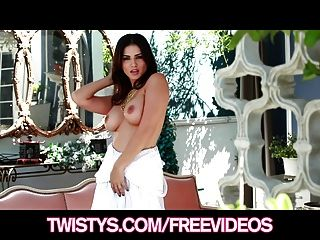 Twistys hermosa morena leon soleado tiras de su vestido