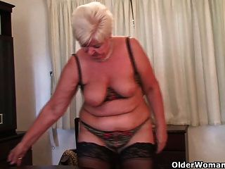 Chubby abuelita en medias juega con vibrador