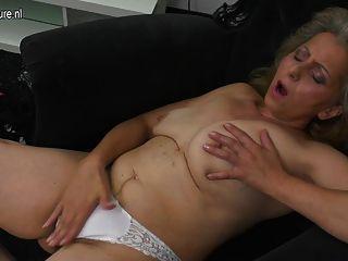 Madre madura masturbándose viendo xhamster