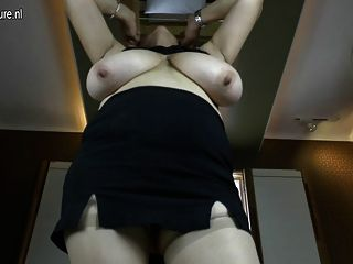 Abuela con clase con las tetas grandes y la vagina hambrienta
