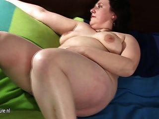 Gran madre madura jugando con su coño peludo