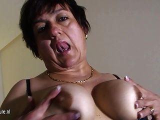 Abuelita amateur jugando con ella en la cama