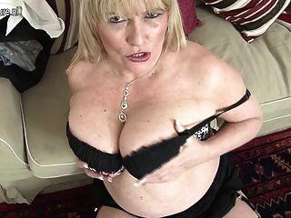 Caliente británica madre muestra sus grandes tetas y se masturba
