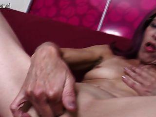 La vieja madre flaca ama el juego anal y del gatito