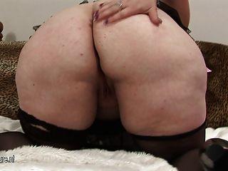 Mamá grande que muestra su cuerpo suculento