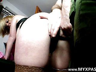 Milf amateur francés tomándolo en el culo por su primer porno