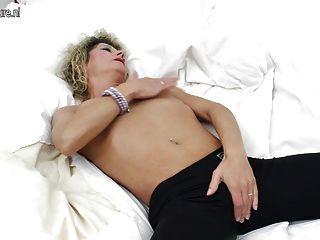Milf amateur mostrando su cuerpo y masturbándose