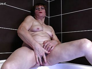 Abuela aficionada se masturba en el baño