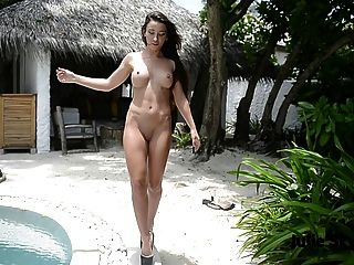 Tetas teasing desnuda mostrando culo y piernas extrema tacones altos