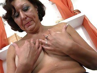 Abuelita real jugando con su coño húmedo de edad