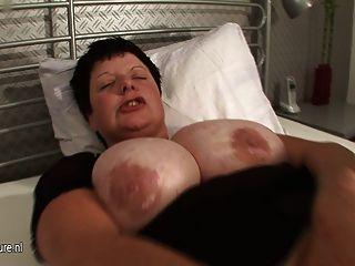 La mamá grande titted eyacula pesadamente cuando ella cums