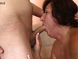 Madre madura real folla a su joven amante 1