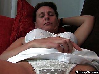 Abuelita consigue sus dedos encima de su coño lleno bushed