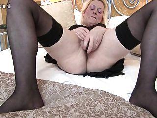 Mamá británica sexy obtiene su coño todo mojado