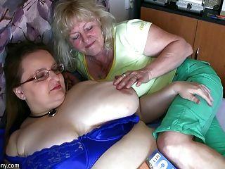 Chubby abuelita y vieja abuelita masturbándose en la apuesta hardcor