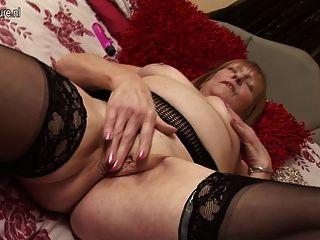 Abuelita británica obtener su coño viejo mojado