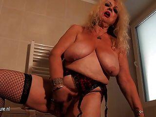 Vieja abuela todavía amor a masturbarse en el baño