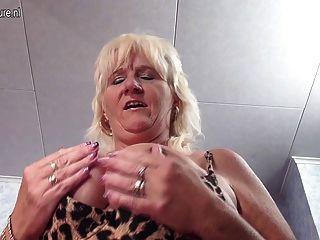 Verdadera abuela que agrada su viejo coño