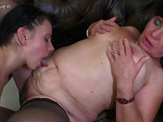 Madre lesbiana madura folla joven