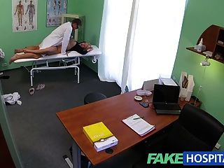 Fakehospital médicos polla sana sexy arrojando rubias