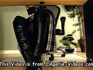 Secretaria con botas bajo masturbación de escritorio
