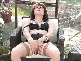 Abuelita británica aficionado obtiene travieso y húmedo