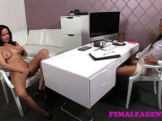 Femaleagent consigue agradable y mojado para mí