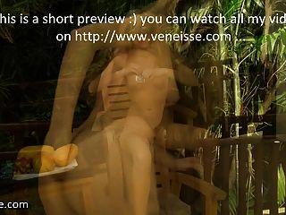 Veneisse fruta gigante papaya profunda en el coño al aire libre y fisting