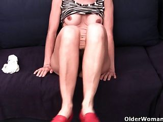 Abuelita en bragas empapadas digitación coño peludo e hinchado