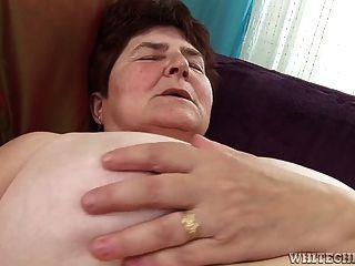 Caliente obtiene su coño peludo húmedo le ha lamido