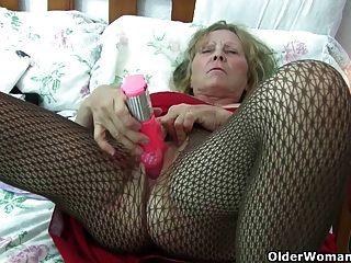 Abuelita británica con grandes tetas le da a su fanny un regalo