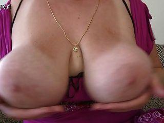 Mamá magnífica con el culo gordo y las tetas enormes