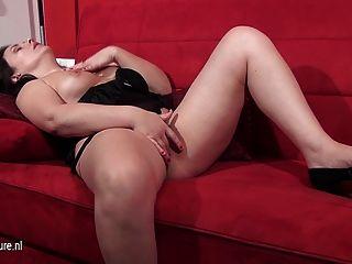 Mujer europea madura masturbándose en el sofá