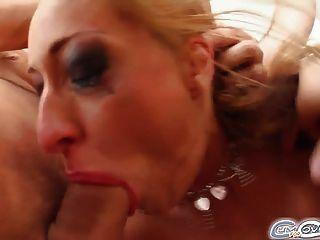 Cinco chicos cubren la cara de una hermosa chica