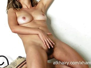 Danielle masturbates su coño peludo