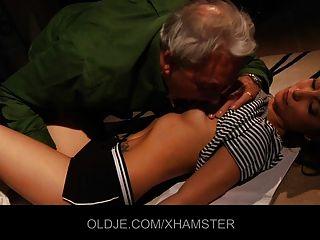 Jovencita enseña anciano besando y follando