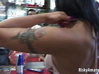 Hermosa chica aficionada se masturba en un coche