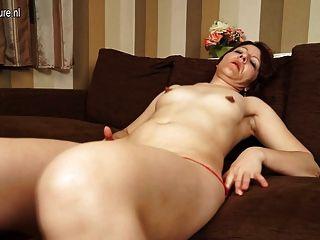 Madre madura puta jugando con su coño en el sofá