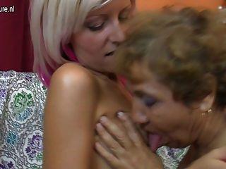 Vieja abuela lesbiana folla a una linda chica
