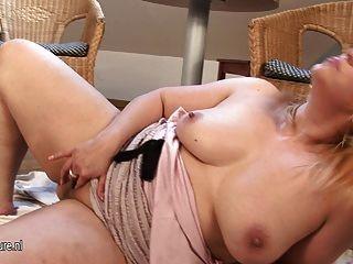 Rubia amateur maduro ama de casa masturbándose solo