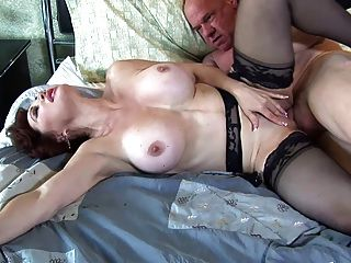 Follando pelirrojo grande boobed en muslo nylons alto