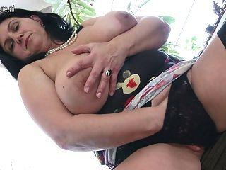 Preciosa madura rubia milf en medias con coño peludo