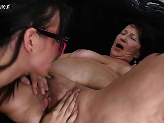Joven hija jodida por dos viejas lesbianas