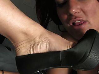 Fetiche de pies bajo el escritorio