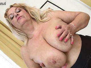 Abuelita caliente con grandes tetas flacas y su coño viejo